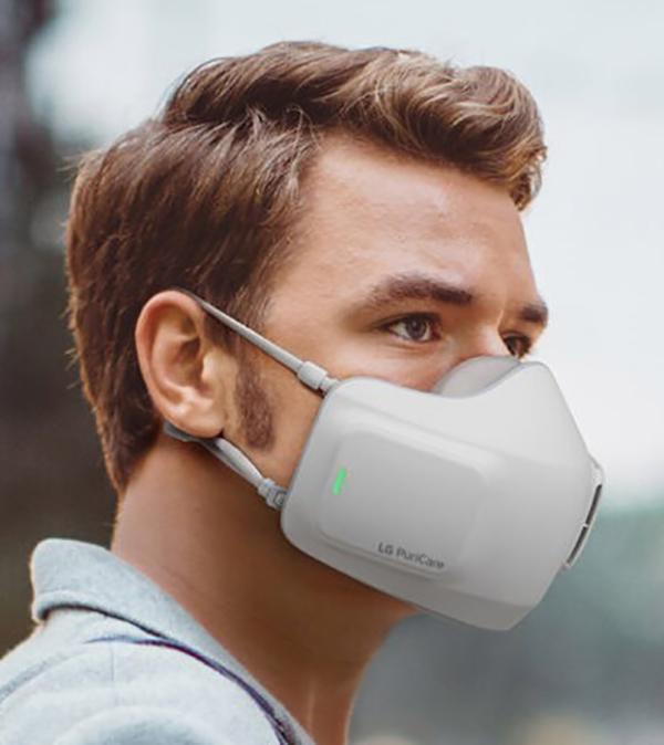 Mann mit LG Electronics Maske