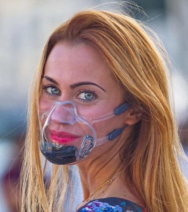 Frau mit Leaf Maske